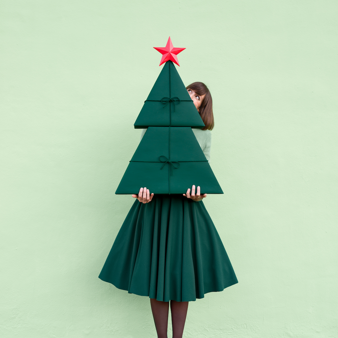 Annandaniel Anna Devís Daniel Rueda Anniset DrCuerda Artist Creative Minimal Photography Paper Art Creativity Imagination DIY Papel creatividad Hasselblad Christmas Tree Holiday Gifts Wrapping paper DIY Skirt green perspective illusion perspectiva árbol navidad